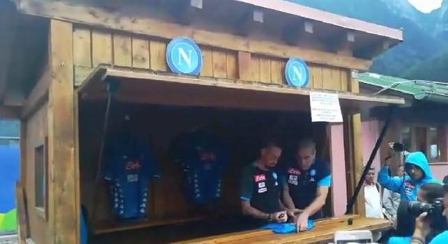 Marek, un capitano, c'è solo un capitano!. Ovazione per Hamsik, firma autografi allo Store del Napoli! [VIDEO CN24]