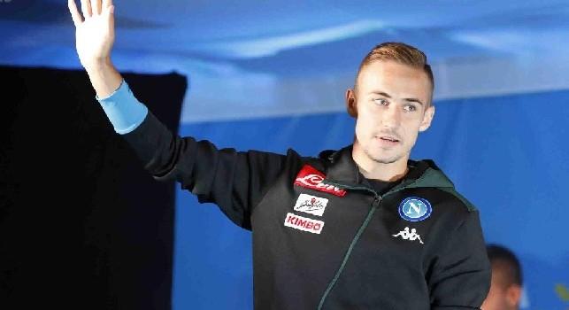 Marko Rog saluta i tifosi del Napoli