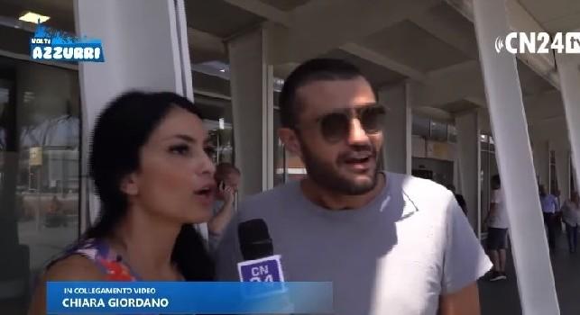 Bufala Cavani, i tifosi accorsi a Capodichino: Noi malati di Napoli, Cavani arriverà: ci crediamo ancora! [VIDEO]
