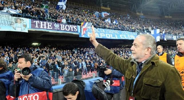 Aurelio De Laurentiis saluta il pubblico del San Paolo