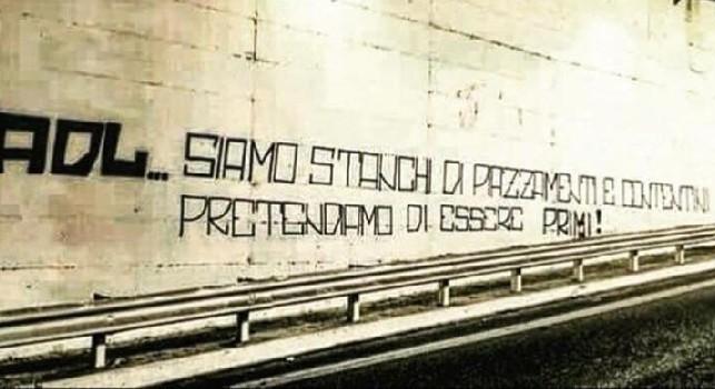 Tifosi contro De Laurentiis, in città spunta una scritta: Stanchi dei contentini, pretendiamo di essere primi! [FOTO]