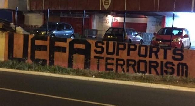 La UEFA supporta il terrorismo: il murales dei tifosi della Stella Rossa a poche ore dalla gara contro il Napoli [FOTO]