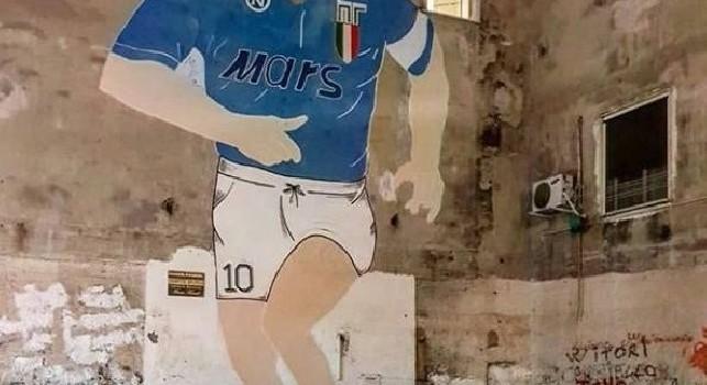 Floro Flores torna a Napoli, s'immortala con il murales di Maradona [FOTO]
