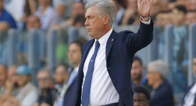 Scelta discutibile dell'arbitro e vibranti proteste della panchina azzurra: il direttore di gara redarguisce Ancelotti!