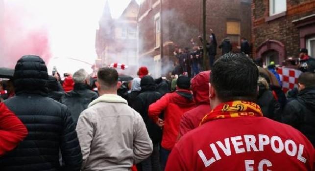 Un tifoso denuncia: Tifosi del Liverpool ubriachi: bottiglie contro automobili