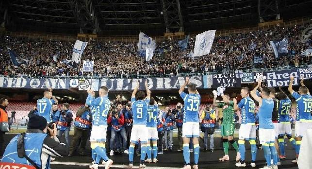 La SSC Napoli sotto la Curva B allo stadio San Paolo di Napoli