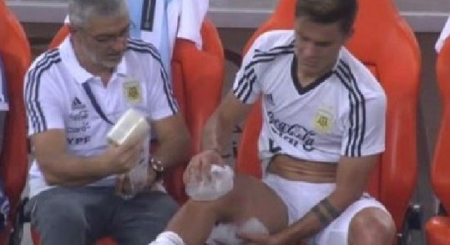 Juventus, problema fisico per Dybala: esce anzitempo con del ghiaccio al ginocchio [FOTO]