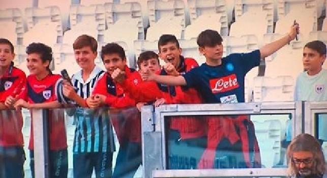 Incredibile all'Allianz Stadium, nella curva squalificata spunta un ragazzo con la maglia del Napoli [FOTO]