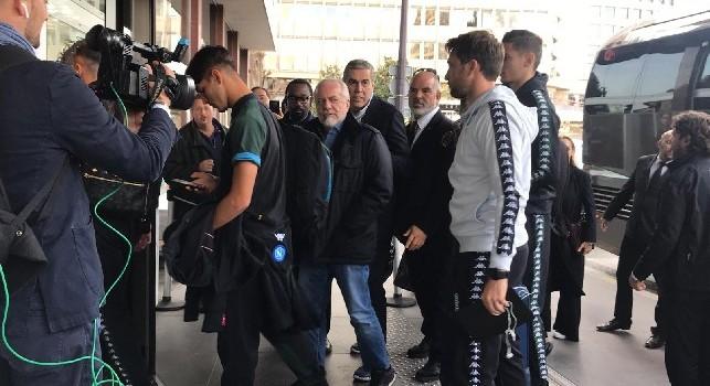 Il Napoli è arrivato a Parigi, presente anche ADL: volti concentrati per gli azzurri [VIDEO & FOTO CN24]