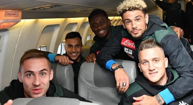 Napoli in partenza verso Genova: azzurri sorridenti in aereo, Starace si immortala con Ospina [FOTO]