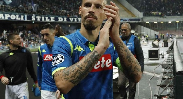 Marek Hamsik saluta i tifosi del Napoli