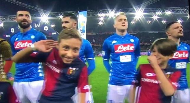 Non solo Ancelotti: un bambino a bordocampo replica il gesto di Mourinho prima di Genoa-Napoli! [FOTO & VIDEO]