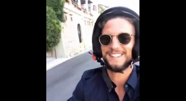 Mertens in scooter, video di auguri del belga! [VIDEO]