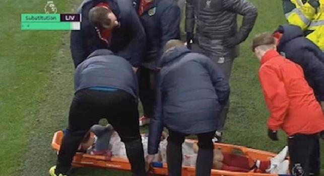 Brutta tegola per il Liverpool: Joe Gomez esce in barella, a rischio per la sfida contro il Napoli [VIDEO]