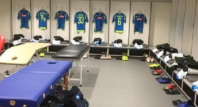 Liverpool-Napoli, le maglie degli azzurri sono pronte nello spogliatoio [FOTO]