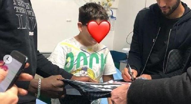 Ghoulam e Koulibaly rientrano da Liverpool e si dirigono all'Ospedale Santobono per fare un regalo ai bimbi malati [FOTOGALLERY]