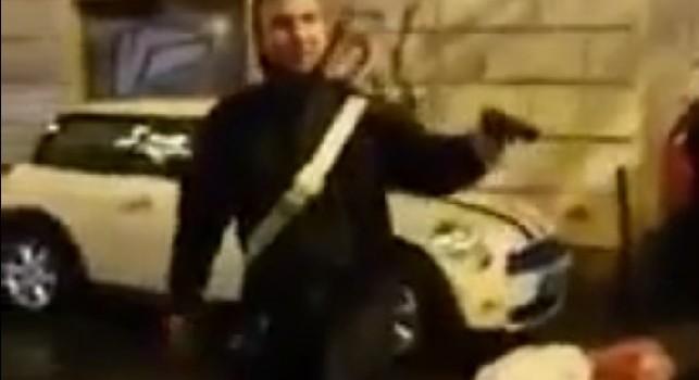 Infame. pezzo di m****!, aggressione choc ad un carabiniere dopo Lazio-Eintracht: il militare estrae la pistola [VIDEO]