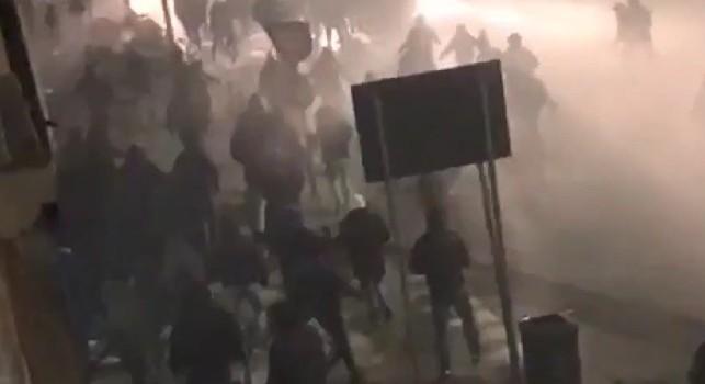 Scontri Inter-Napoli, spunta un nuovo agghiacciante video: Si è fatto male uno!, tre minuti di guerriglia! [VIDEO]