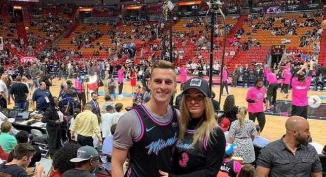 Milik si gode le vacanze a Miami con la sua Jessica: spettatori per una gara di NBA [FOTO]