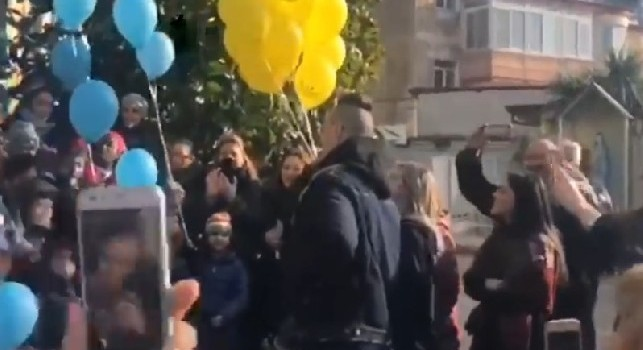 Hamsik emozionato davanti alla scuola dei figli, i piccoli tifosi cantano Un giorno all'improvviso [VIDEO]