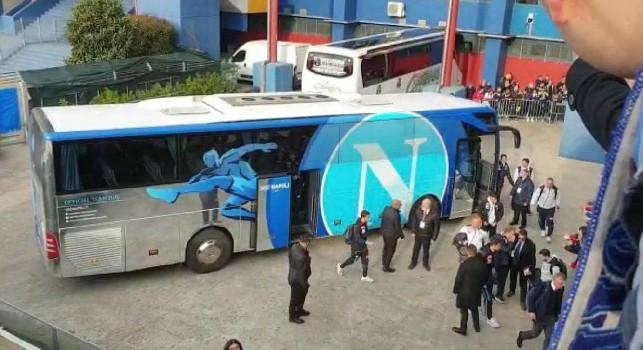 Il bus del Napoli arriva al Mapei Stadium: Insigne, Mertens e Koulibaly i più acclamati! [VIDEO CN24]