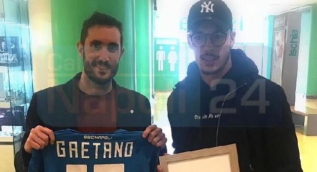 Gaetano riceve un quadretto da Luca Ascione