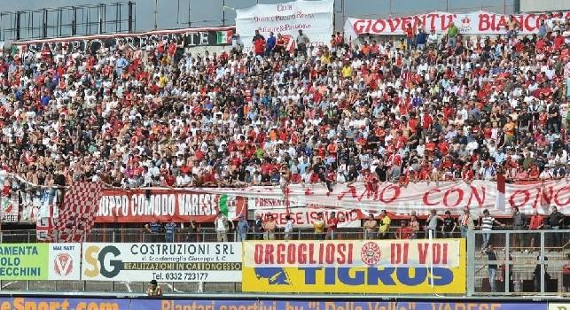 Gli ultras del Varese attaccano i napoletani dopo la rottura del gemellaggio con il Genoa: Sono dei pulcinella!