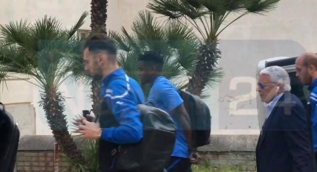 Napoli-Atalanta, i bergamaschi arrivano a Palazzo Esedra: cori dei tifosi napoletani contro Gasperini e calciatori [VIDEO CN24]