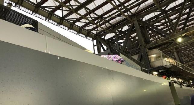 Napoli-Atalanta, piove in Tribuna Stampa. Giornalisti con l'ombrello e Compagnoni in telecronaca: Non dovrebbe esser così [FOTO CN24]