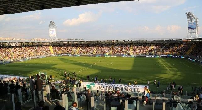 De Laurentiis pezzo di me***, i tifosi del Frosinone si scagliano contro il patron del Napoli: il settore ospiti applaude
