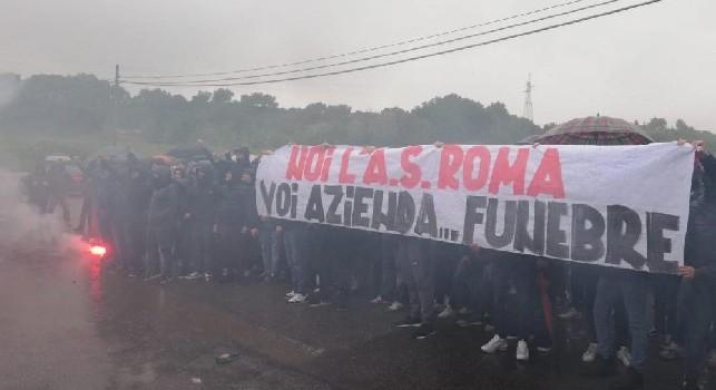Contestazione a Roma, striscioni e tifosi infuriati: Azienda funebre!. De Rossi esce per placare la folla [FOTO]