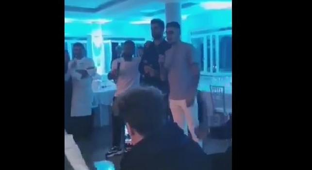 Mister, in inglese no! Si scatena il Karaoke a Villa D'Angelo, Insigne canta Pino Daniele con Luperto e Gaetano! [VIDEO]