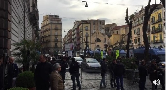 Ausilio portaci Conte, tifosi dell'Inter scatenati all'esterno di Palazzo Caracciolo [VIDEO]