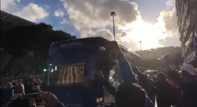 Napoli-Inter, arriva il pullman degli azzurri al San Paolo. I tifosi intonano: Devi vincere [VIDEO CN24]