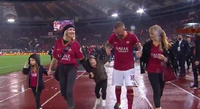 L'ultima bandiera si ritira: tifosi Roma in lacrime per De Rossi [VIDEO]