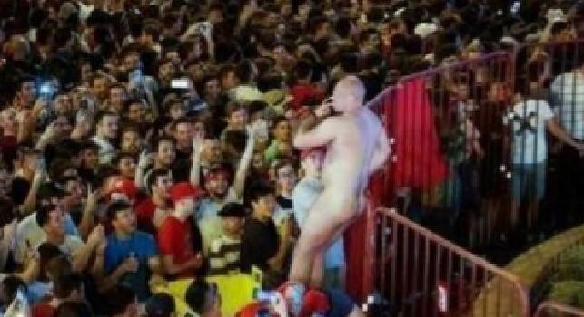 Madrid, tifoso inglese nudo arrestato in centro città: ha abusato di una turista italiana [VIDEO]