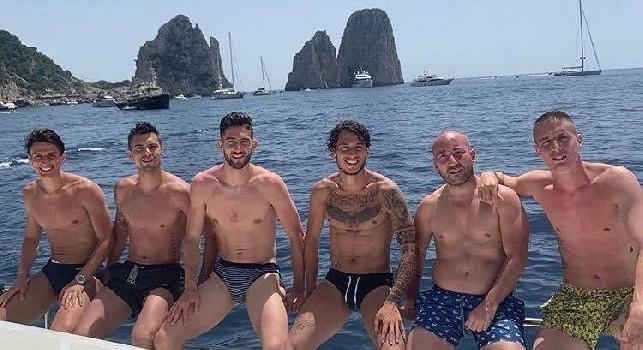 Giornata di relax in barca a Capri per Grassi ed Inglese: con loro l'ex Napoli Dezi, Conti e Gagliardini [FOTO & VIDEO]