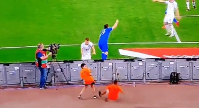Grecia-Italia, gaffe Barella: colpisce in pieno volto il raccattapalle! [VIDEO]