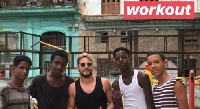 Mertens in vacanza a Cuba con la sua Kat, l'attaccante del Napoli si allena per le strade dell'Havana [VIDEO]