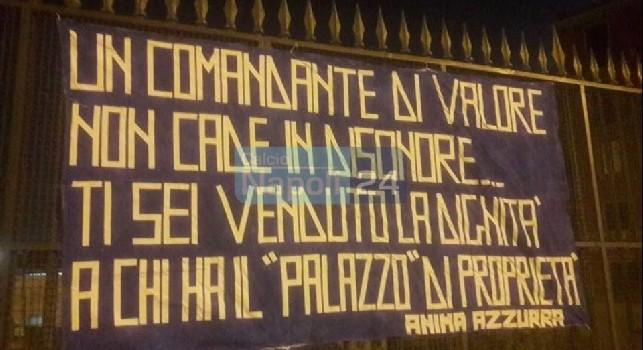 Striscione contro Sarri esposto a Napoli dopo l'ufficialità Juve