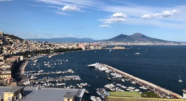 La famiglia di Manolas arriva a Napoli, è amore a prima vista: cena e soggiorno a Posillipo, moglie e figlie stregate dal panorama [ESCLUSIVA]