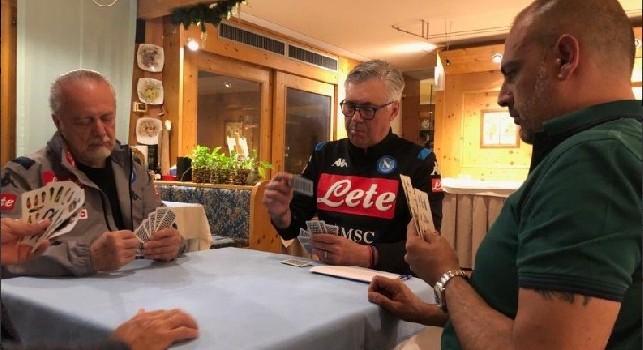 Ancelotti, De Laurentiis e Pompilio se la giocano a carte in hotel a Dimaro. La SSC Napoli twitta: Una grande serenità [FOTO]