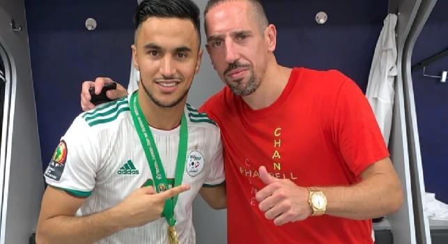 Ounas festeggia con Ribery negli spogliatoi dell'Algeria: Bravo!