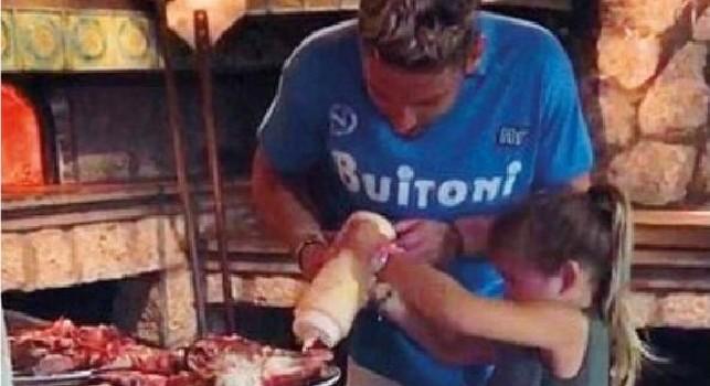 Mertens scugnizzo doc, in tre giorni è diventato re di Capri: grigliata e pizza con la maglia scudetto Napoli [FOTO]