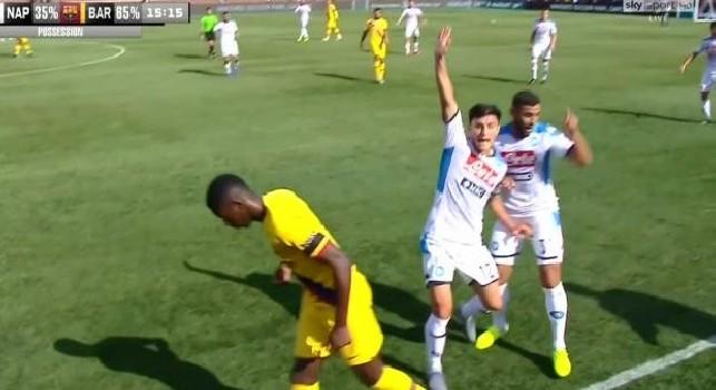 Manata di Suarez a Ghoulam, si accendono gli animi in campo tra Napoli e Barcellona