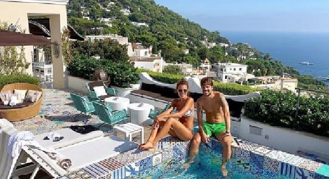 Relax a Capri per la coppia Simone Verdi-Laura Della Villa: l'attaccante azzurro a bordo piscina [FOTO]