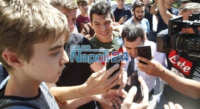 Sorriso sulle labbra e tante foto con i tifosi: la prima giornata da calciatore del Napoli di Hirving Lozano [FOTOGALLERY CN24]