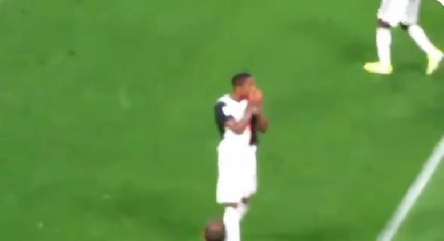 Juventus-Napoli, esultanza scorretta di Douglas Costa dopo l'autogoal di Koulibaly: il brasiliano ha provocato così i tifosi azzurri [VIDEO]