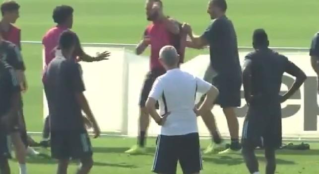 Juve, furia Higuain: perde il torello e prende tutto a calci [VIDEO]