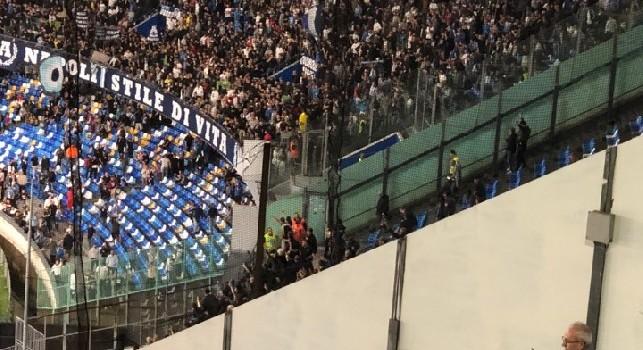 Ma come ca*** parlate? Non si capisce: vergognoso coro dal settore ospiti, i tifosi dell'Hellas Verona surclassati dai fischi